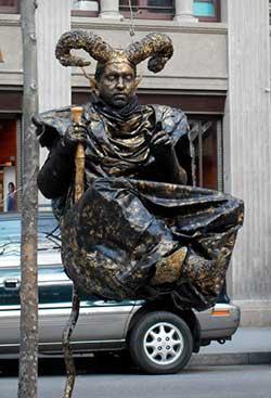 Lebende Statue auf der Rambla Santa Mónica